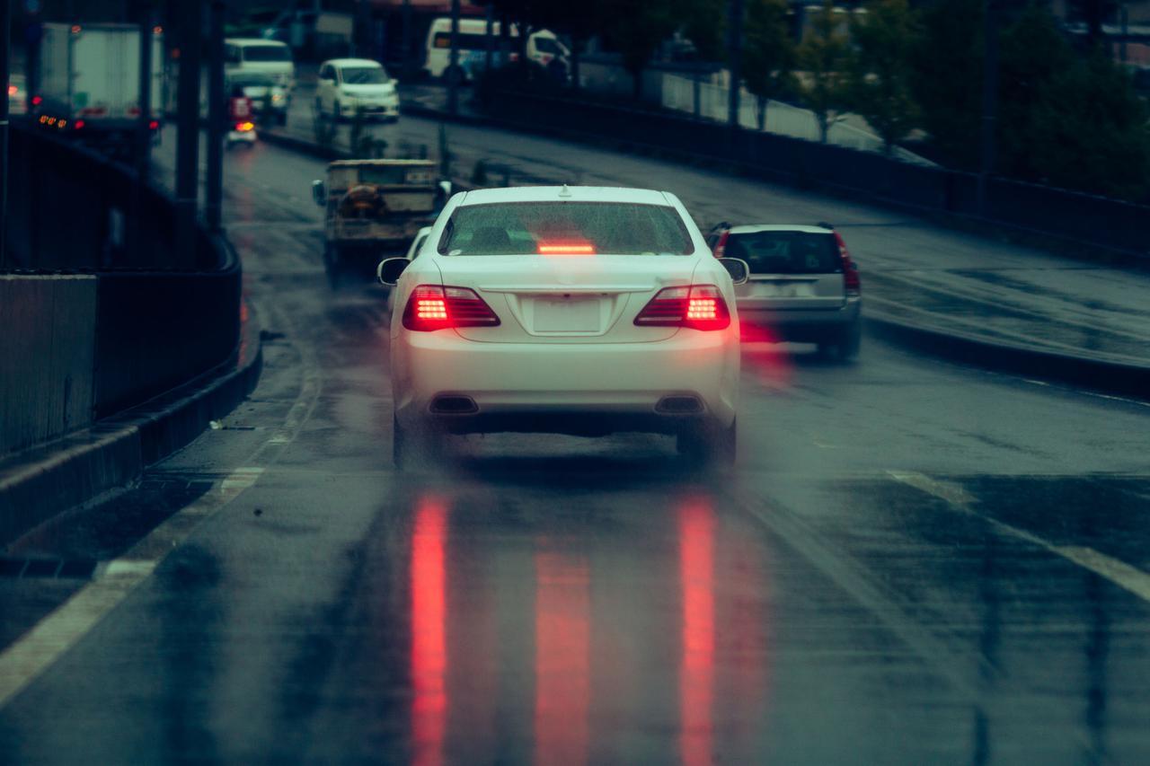 画像: 【ハイドロプレーニング現象】回避策①:スピードを出しすぎない