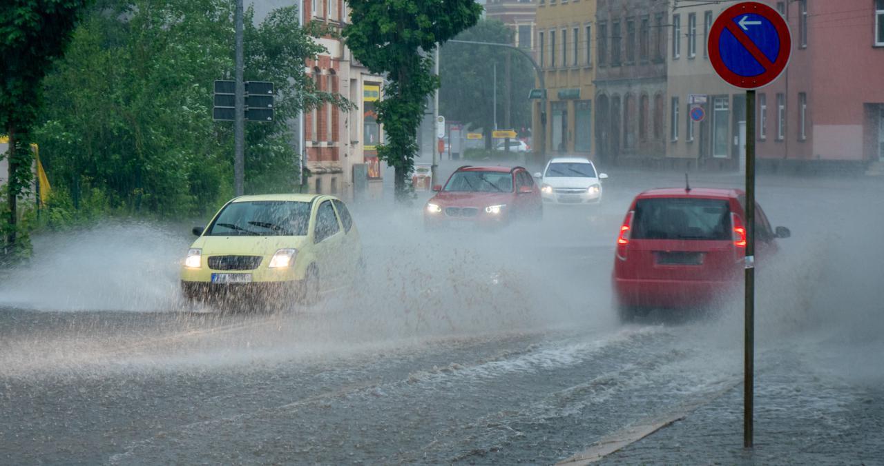 画像: ハイドロプレーニング現象の対処策! 雨の日だからこそ! 自然に減速してグリップの回復を待とう!