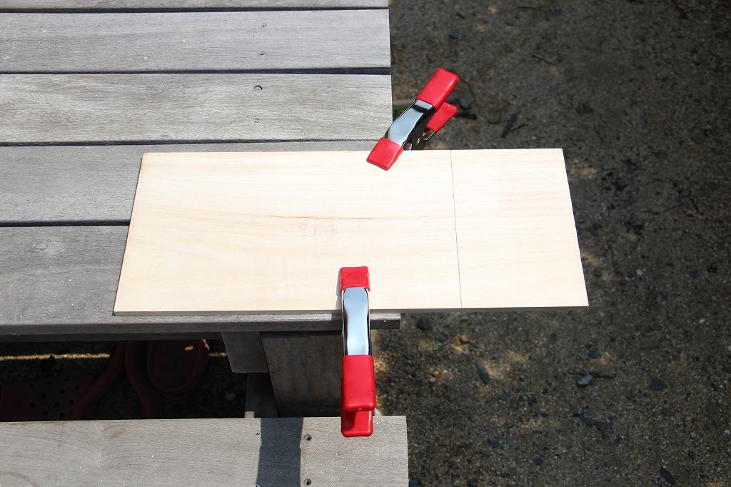 画像: 筆者撮影 クランプで板を固定した様子