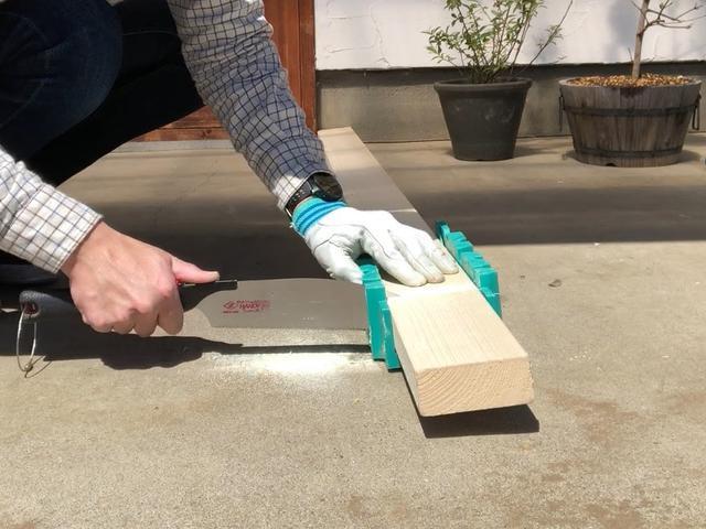画像: 筆者提供:ノコギリで木材をカット。