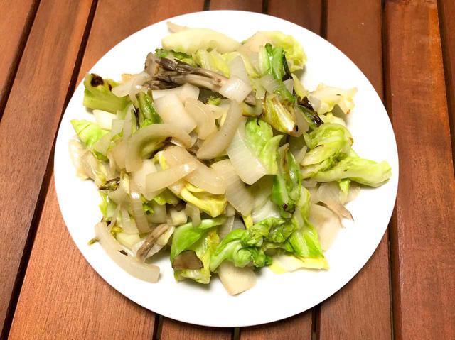画像: 【レシピ3】「新玉ねぎときのこの野菜炒め」シンプルな味付けだけどキャベツでさらに春の旬の味に
