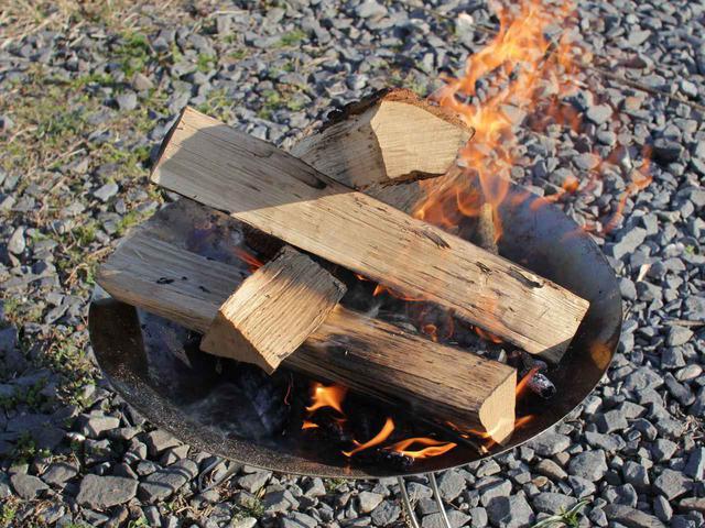 画像: 【初心者必見】キャンプでの薪の組み方4選!焚き火の用途によって使い分けよう - ハピキャン(HAPPY CAMPER)