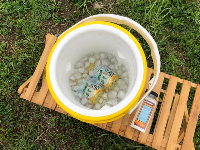 画像: <さっそく試したくなり、常温のビールを氷と水と塩で冷やしてみる。あっという間にキンキンに!>筆者撮影