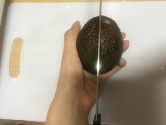 画像: 筆者撮影 アボガドの種の取り出し方① 縦に包丁を入れる
