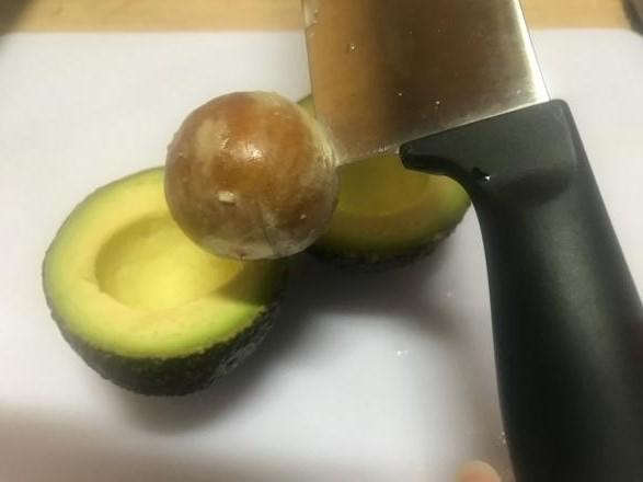 画像: 筆者撮影 アボガドの種の取り出し方③ 種に包丁の刃を刺す