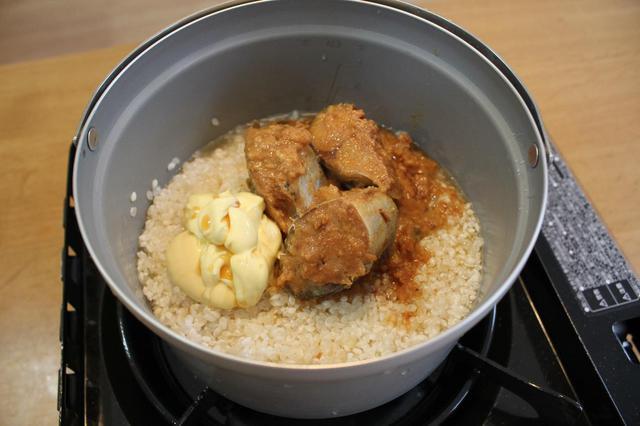 画像: 筆者撮影 手順②さばの味噌煮缶を汁ごと全部入れる。めんつゆ、バターを入れてご飯を炊く。