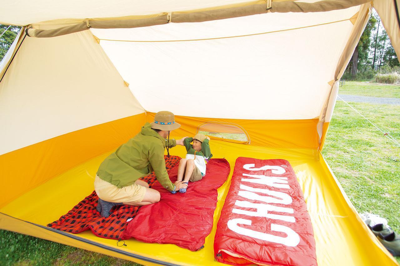 画像: fam_mag Summer Issue2020より おうちの中みたいに広いのでテントの中だけで楽しい! www.chums.jp