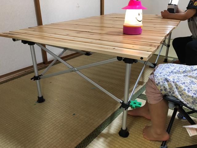 画像: 筆者撮影「ローテーブルで、身長約100cmの子供が座ったところ」