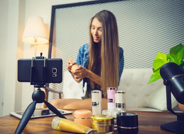画像: <動画撮影編>セルフ撮影スタイルなら お金をかけずにペットボトルで作るカメラスタンドもあり!