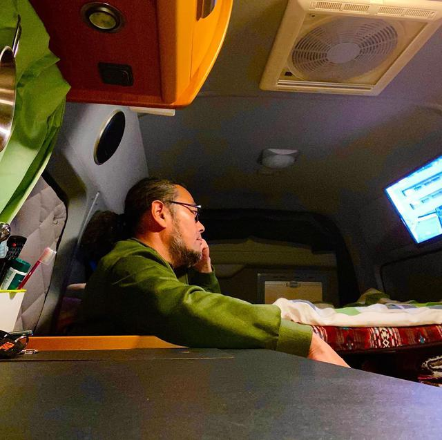 """画像1: @zap1 on Instagram: """"1人は寂しいけど、下手なビジネスホテルより快適明日は夕方まで天気もってくれ!!頼む!#バンライフ #トイファクトリー #ノマド #ノマドワーカー #移動事務所 #キャンピングカー #バンコン #道の駅 #バンライファー #vanlife"""" www.instagram.com"""