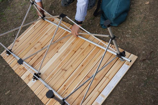 画像: 筆者撮影「フレームを天板にはめるのに、少し力が必要」