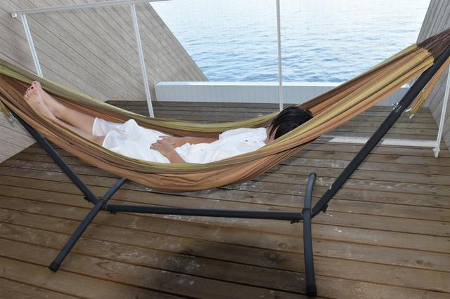 画像: 自立式ハンモックなら室内に簡単に設置できる! 自分のお気に入りのお昼寝や読書タイムに活用しよう!