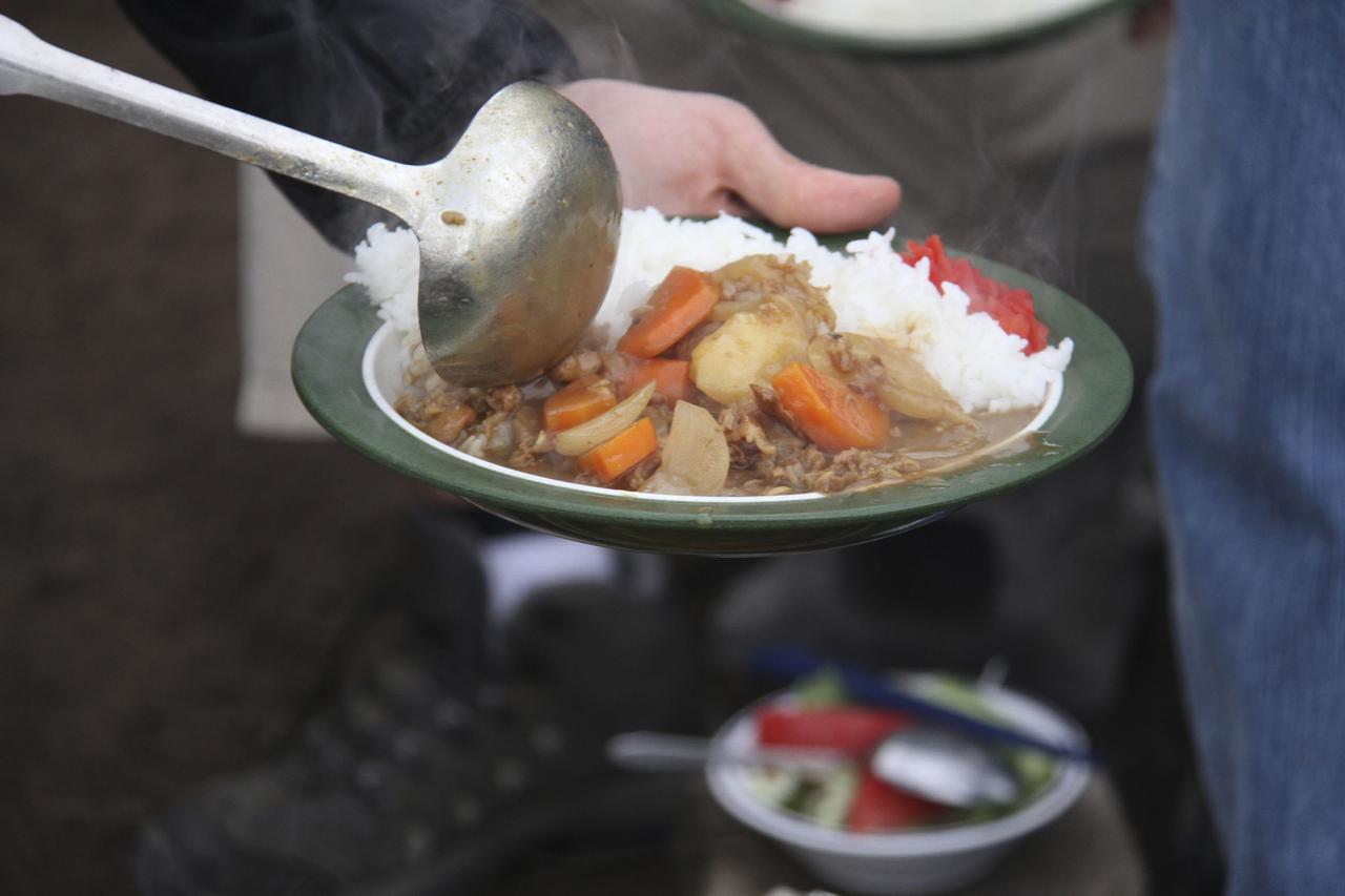 画像: 【レシピ3】カレーライス ソロキャンプでは加熱済みの具材で時短料理に 煮込む作業をキャンプ場で