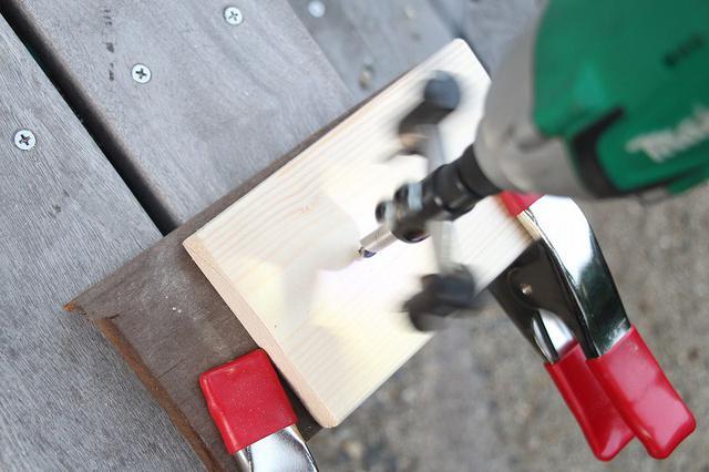 画像: 筆者撮影 クランプで固定して自在錐で穴を開けます