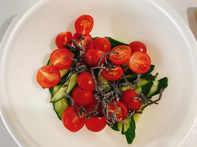 画像: きゅうりとトマトの塩昆布和えの作り方