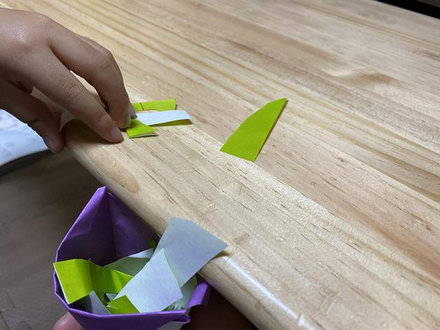 画像: 筆者撮影:折り紙切っておままごとがはじまりました