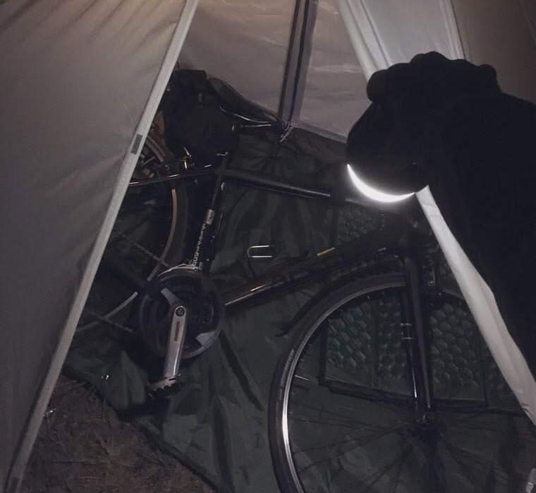 画像: 筆者撮影 夜に自転車を前室へしまった様子