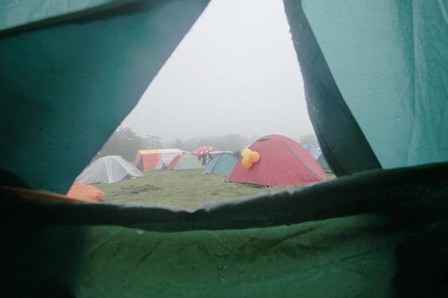 画像: 【雨キャンプの過ごし方】テントでインドア vs 雨でも楽しめるアウトドア - ハピキャン(HAPPY CAMPER)