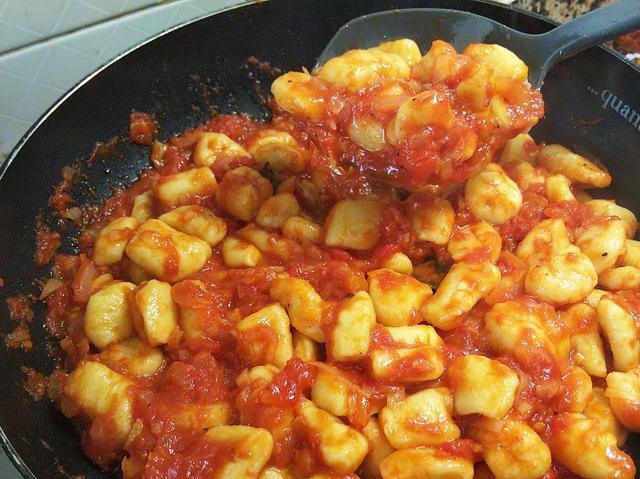 画像: 筆者撮影 ニョッキをトマトソースと絡める