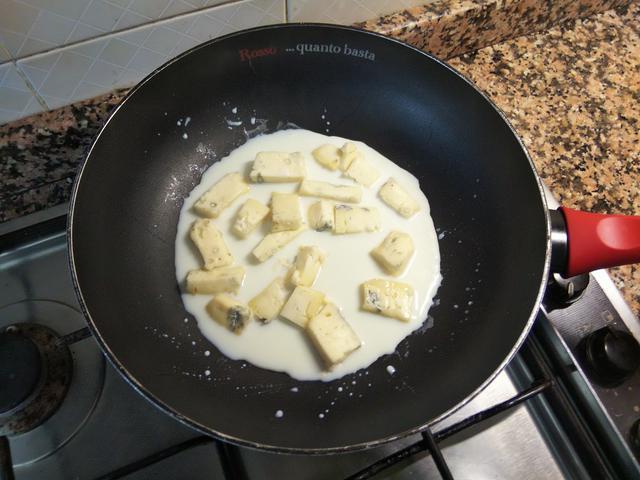 画像: 筆者撮影 牛乳とゴルゴンゾーラチーズを混ぜ合わせる