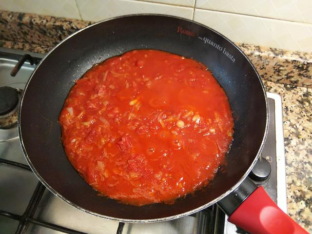 画像: 筆者撮影 ニンニク、玉ねぎ、カットトマトを煮詰める