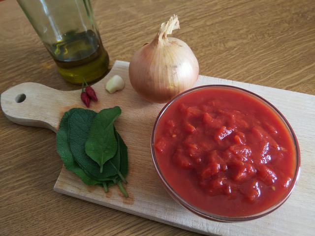 画像: 筆者撮影 定番トマトソースの材料