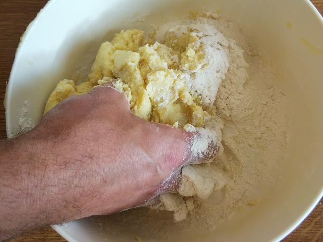 画像: 筆者撮影 じゃがいもを小麦粉、卵とこね合わせる