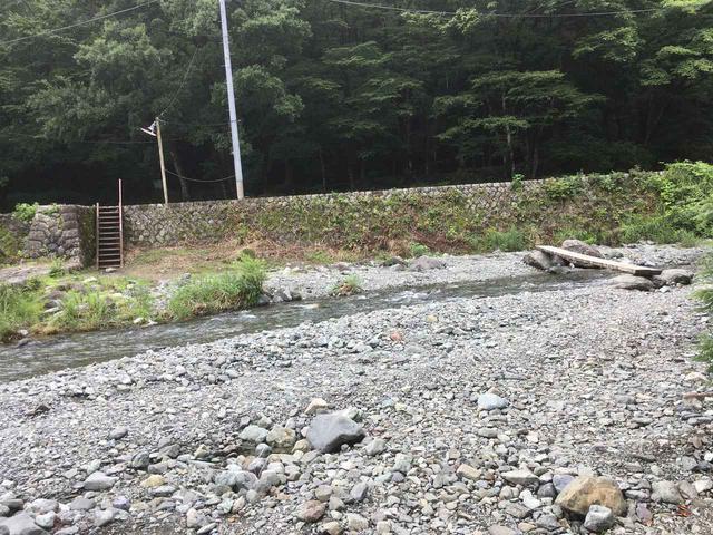 画像: 筆者撮影 フリーサイトを対岸から見た様子。右に見える細い木の板が橋。