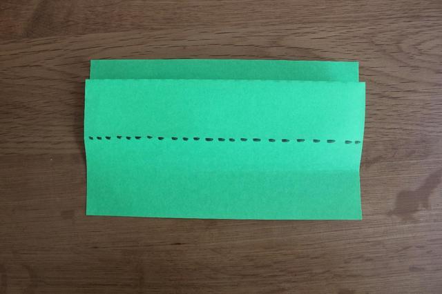 画像: 3.裏返し同じように点線部分(中央より1cm程度上)で折る⇒ (筆者撮影)