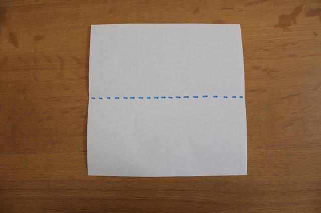 画像: 1.色紙を裏返し線で半分に折る⇒ (筆者撮影)