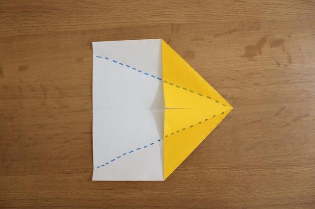 画像: 3.「2」の三角にした部分の底辺をさらに真ん中の折筋に合わせるように点線で折る⇒ (筆者撮影)