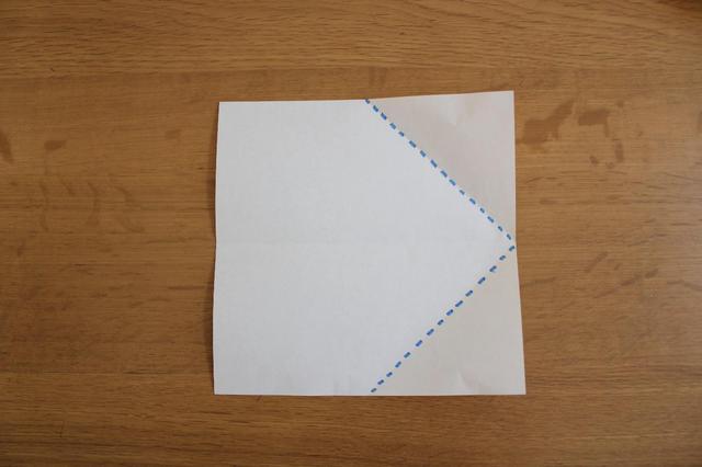 画像: 2.再度開いて元に戻し真ん中の折筋に合わせるように点線で三角に折る⇒ (筆者撮影)