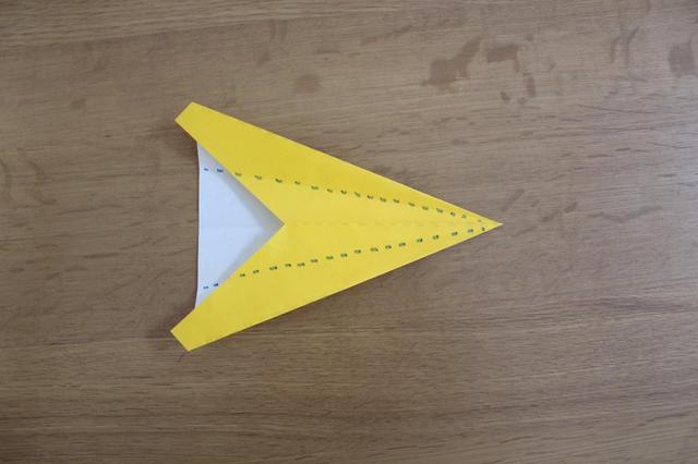 画像: 4.「3」の状態からもう1回真ん中の折筋に合わせるように点線で折る⇒ (筆者撮影)