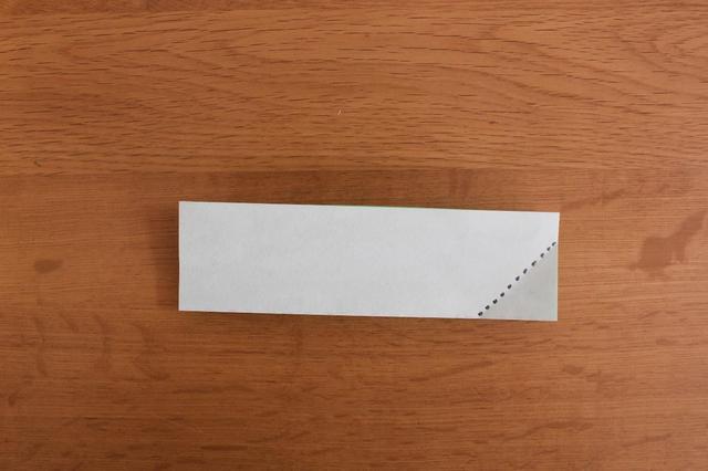 画像: 7.「4」のように角を点線に合わせて三角に折る