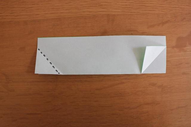 画像: 5.同様に反対側の角も点線に合わせて三角に折る⇒ (筆者撮影)