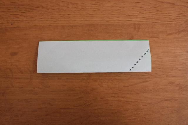 画像: 4.角の一枚だけ点線部分で折る⇒ (筆者撮影)