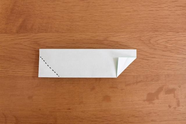 画像: 8.「5」のように反対側も点線に合わせて角を三角に折る⇒ (筆者撮影)
