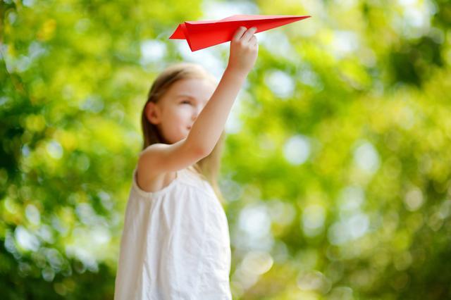 画像: 真っすぐ早く飛ぶ「やりひこうき」の簡単な折り方をご紹介!どこまで遠く飛ばせるかな!?