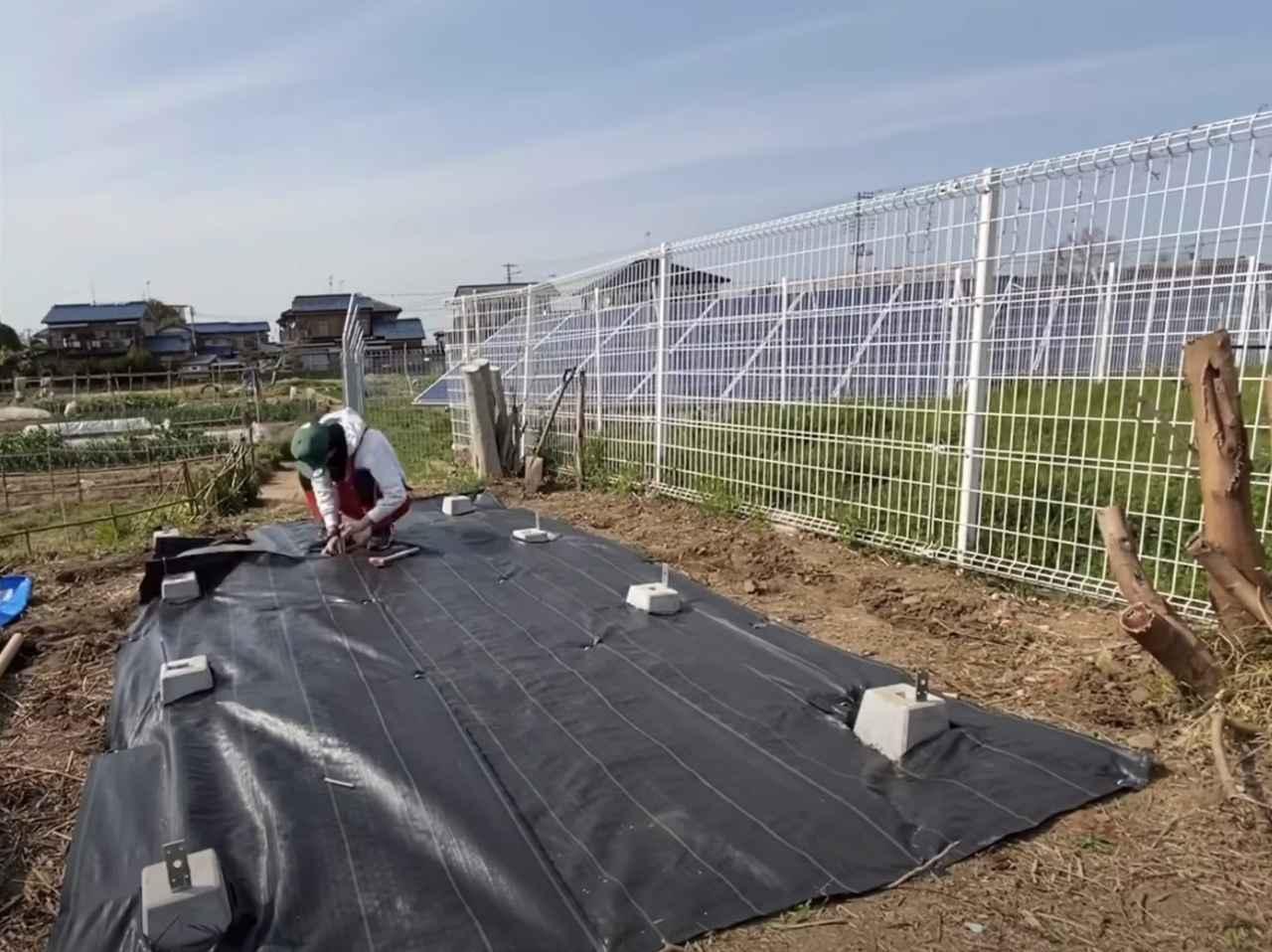 画像: 【タケト家の秘密基地作り#12】より 防水シートを張ることで、床下に雑草が生えるのを防ぐことができます。