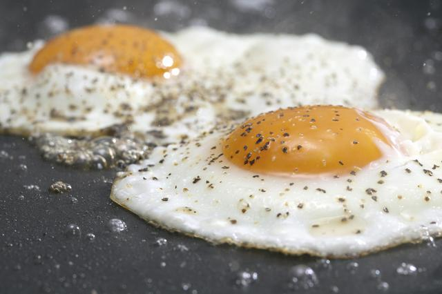 画像1: 【レシピ公開】ベーコン、ソーセージ、目玉焼きをスキレットでワンランク美味しく作るコツ