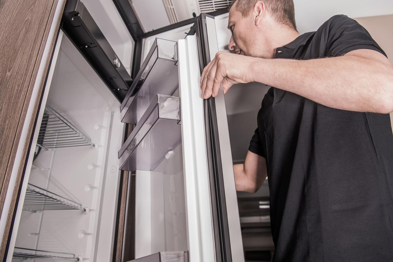 画像: 【キャンピングカーメンテナンス2.冷蔵庫】液体のこぼれを掃除! 外側も水が溜まってないかチェック!