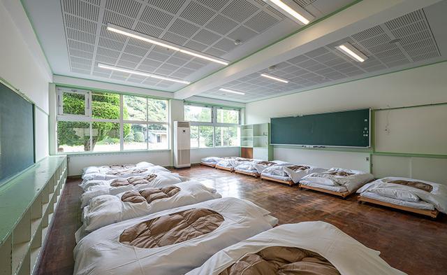 画像: 教室には、畳で作られたオリジナルのベットが並ぶ Ready to Flight! NARITA HPより