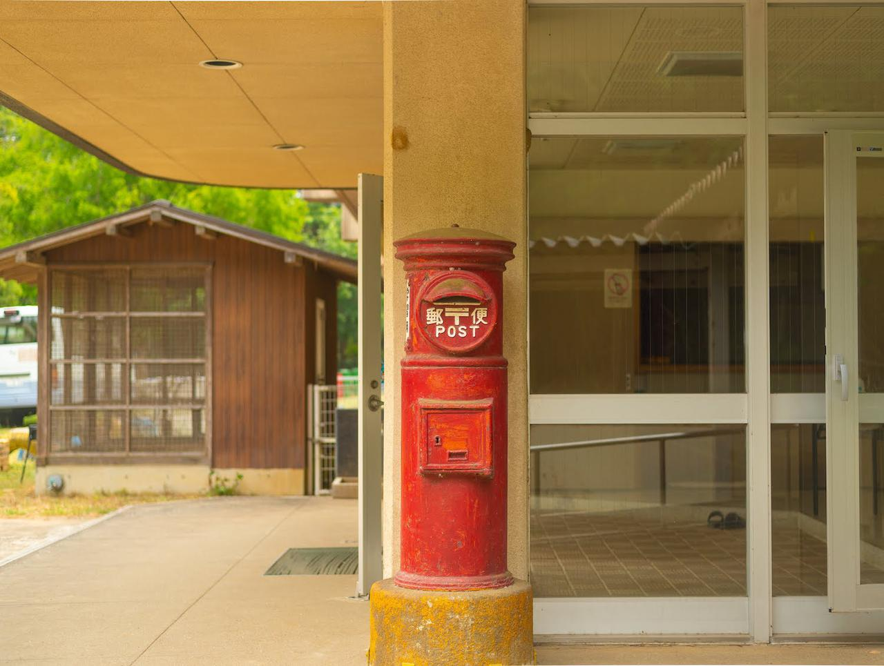 画像: なぜここ!? 校舎の入り口ではなく、体育館の入り口に置かれた赤いポスト