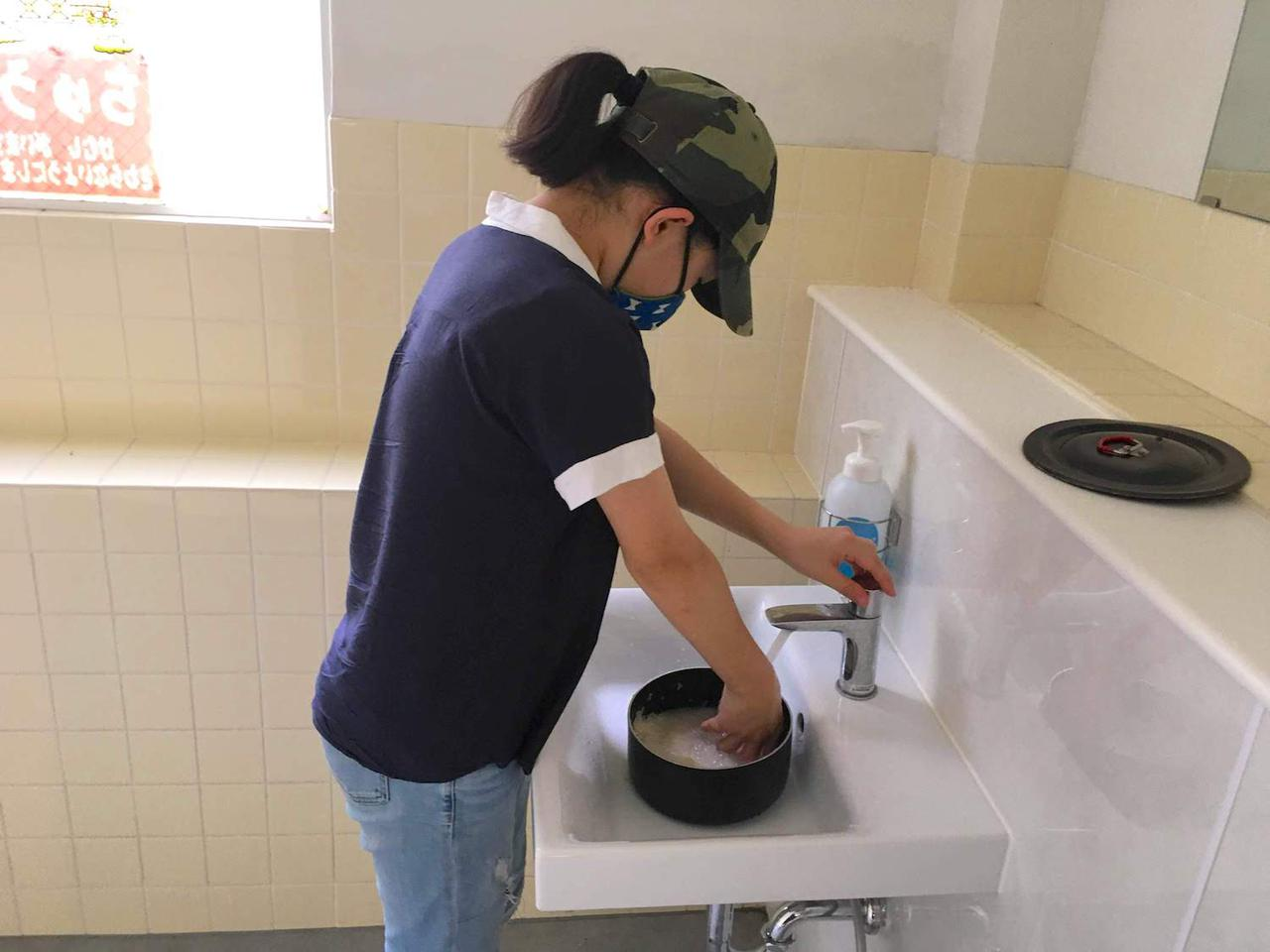 画像: ドキッとする炊事場 形に少し動揺するが、この部屋には綺麗な水道が4つ。決してトイレではない。