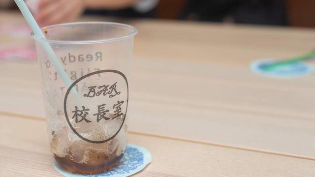 画像: 2杯目からは容器代割引「BAR校長室」のオリジナルカップ。 campeena.com