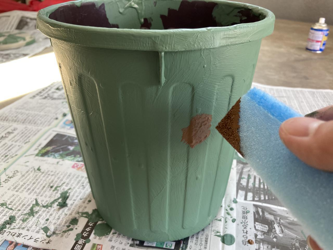 画像: 手順3 スポンジで汚すような感じで塗る (筆者撮影)