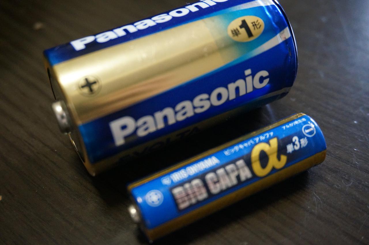 画像: 筆者撮影「単一電池よりコンパクトな単三電池を採用」