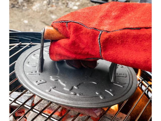 画像: 筆者撮影 お肉をプレスしておいしい焼き目をつける