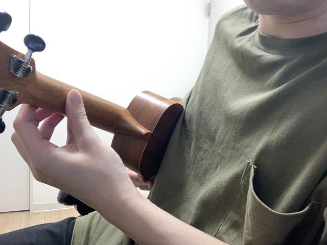 画像: 画像3:親指の先だけでネック裏を押さえている (筆者撮影)