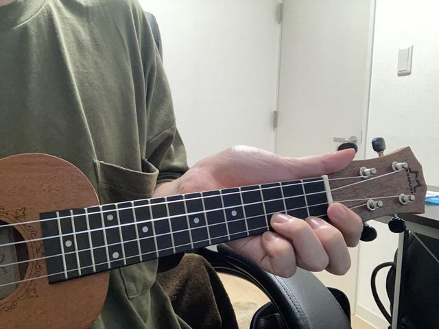 画像: 画像2:ネックの裏に手のひらがついてしまっている (筆者撮影)